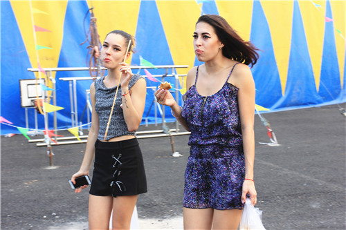 http://10.115.5.100/upload/picnews/20170927154738/俄罗斯舞蹈演员表演完去美食街回来_副本.jpg