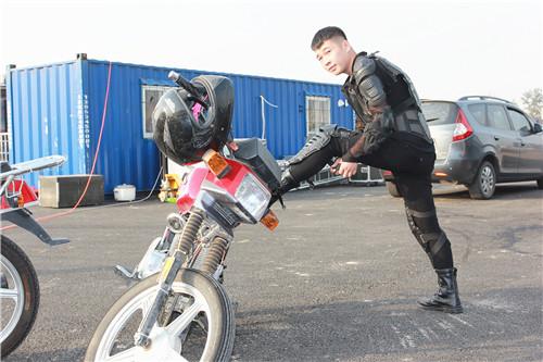http://10.115.5.100/upload/picnews/20170927154738/准备出场表演的飞车队小伙子_副本.jpg